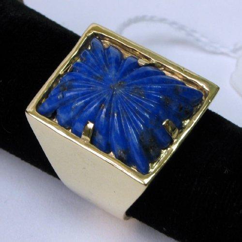 1006: MAN'S BLUE LAPIS LAZULI AND 14 KARAT GOLD  RING