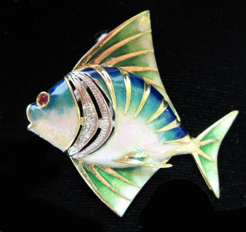 1008: AN ENAMELED TEN KARAT GOLD TROPICAL FISH BROOCH,