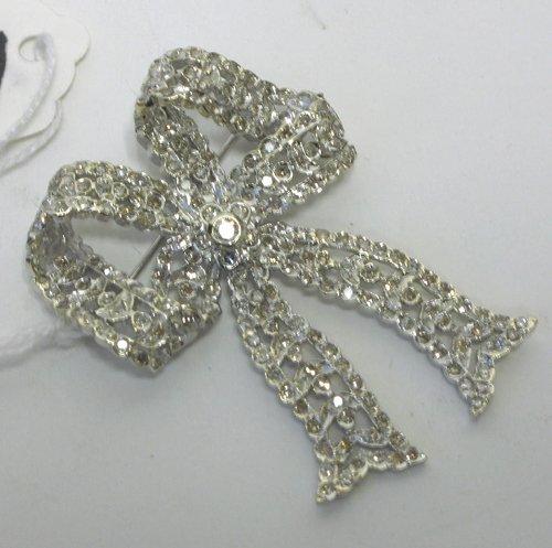 1012: DIAMOND AND FOURTEEN KARAT WHITE GOLD BOWTIE  BRO