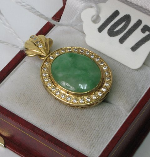 1017: JADE, DIAMOND AND EIGHTEEN KARAT GOLD PENDANT,  f