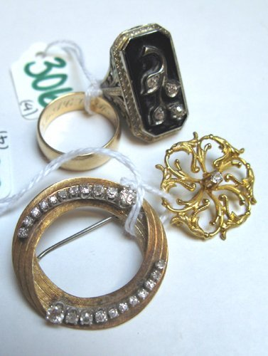306: FOUR ARTICLES OF GOLD JEWELRY, including two  diam