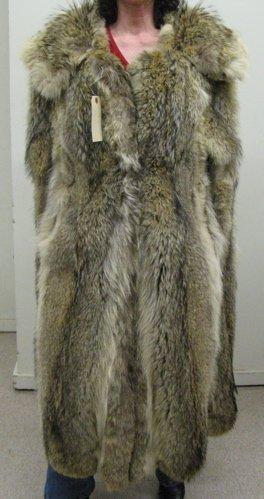 309: A LADY'S (OR MAN'S) NATURAL COYOTE FUR VEST  COAT,