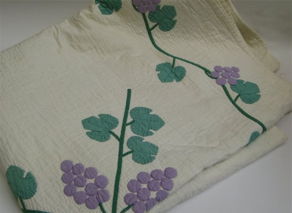 15: AN AMERICAN PIECED AND APPLIQUED QUILT, in a  grape