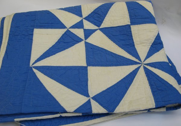 307: AN AMERICAN PIECED HANDMADE PATCHWORK QUILT, blue
