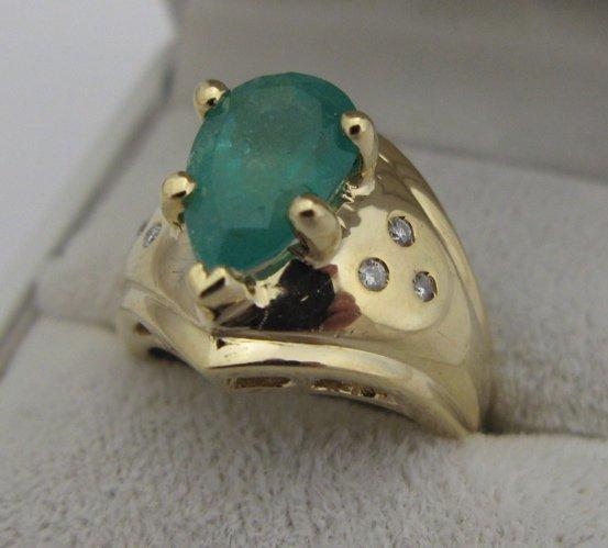 612: EMERALD, DIAMOND AND 14 KARAT GOLD RING, set with