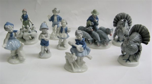 316: GROUP OF 9 BAVARIAN BLUE  AND WHITE FIGURES