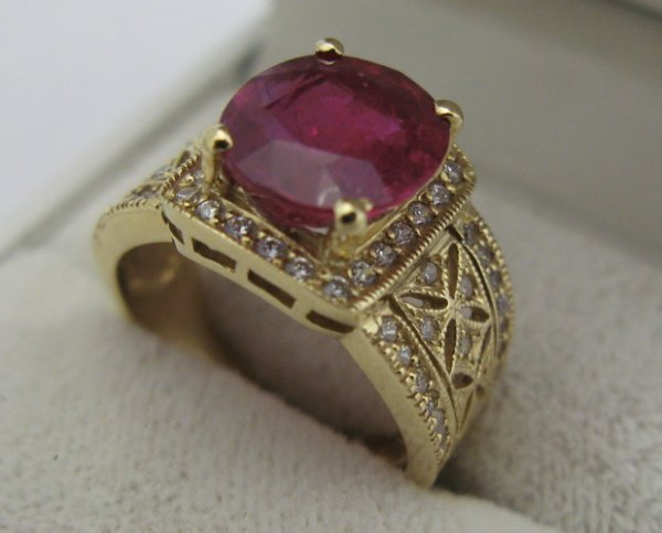 609: RUBY, DIAMOND AND 14K GOLD RING. 68 round-cut  dia