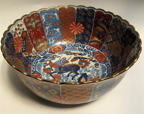 603: CHINESE IMARI PORCELAIN CENTER BOWL. The  multi-hu
