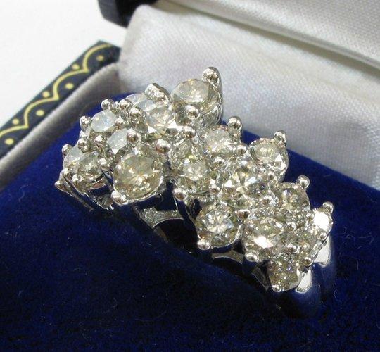 625: DIAMOND AND 14K WHITE GOLD RING, set with 23  roun