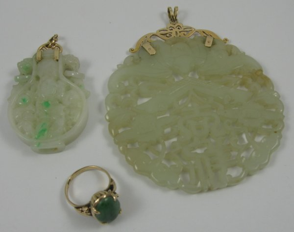 316: FIVE ARTICLES OF JADE AND YELLOW GOLD JEWELRY,  in