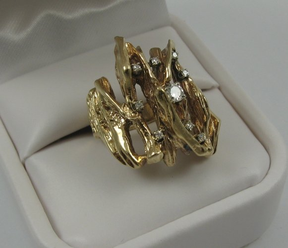 321: DIAMOND AND 14K YELLOW GOLD RING, set with nine  r