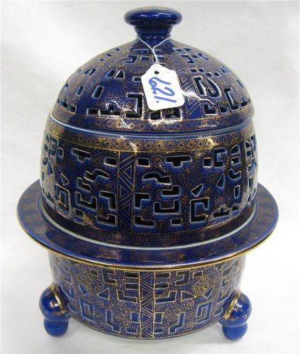 621:THREE CHINESE PORCELAIN PIECES: pair of bee hive  s
