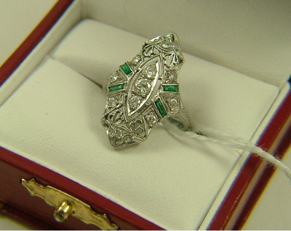 1005: DIAMOND AND EMERALD ESTATE RING, 18K white gold