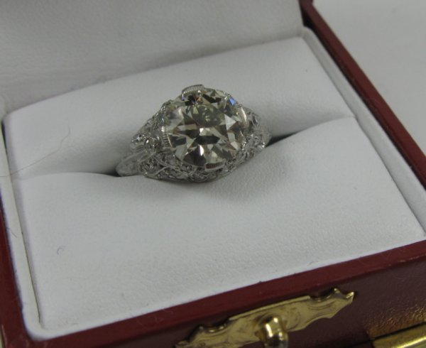 1019: ESTATE DIAMOND RING with platinum setting,  featu