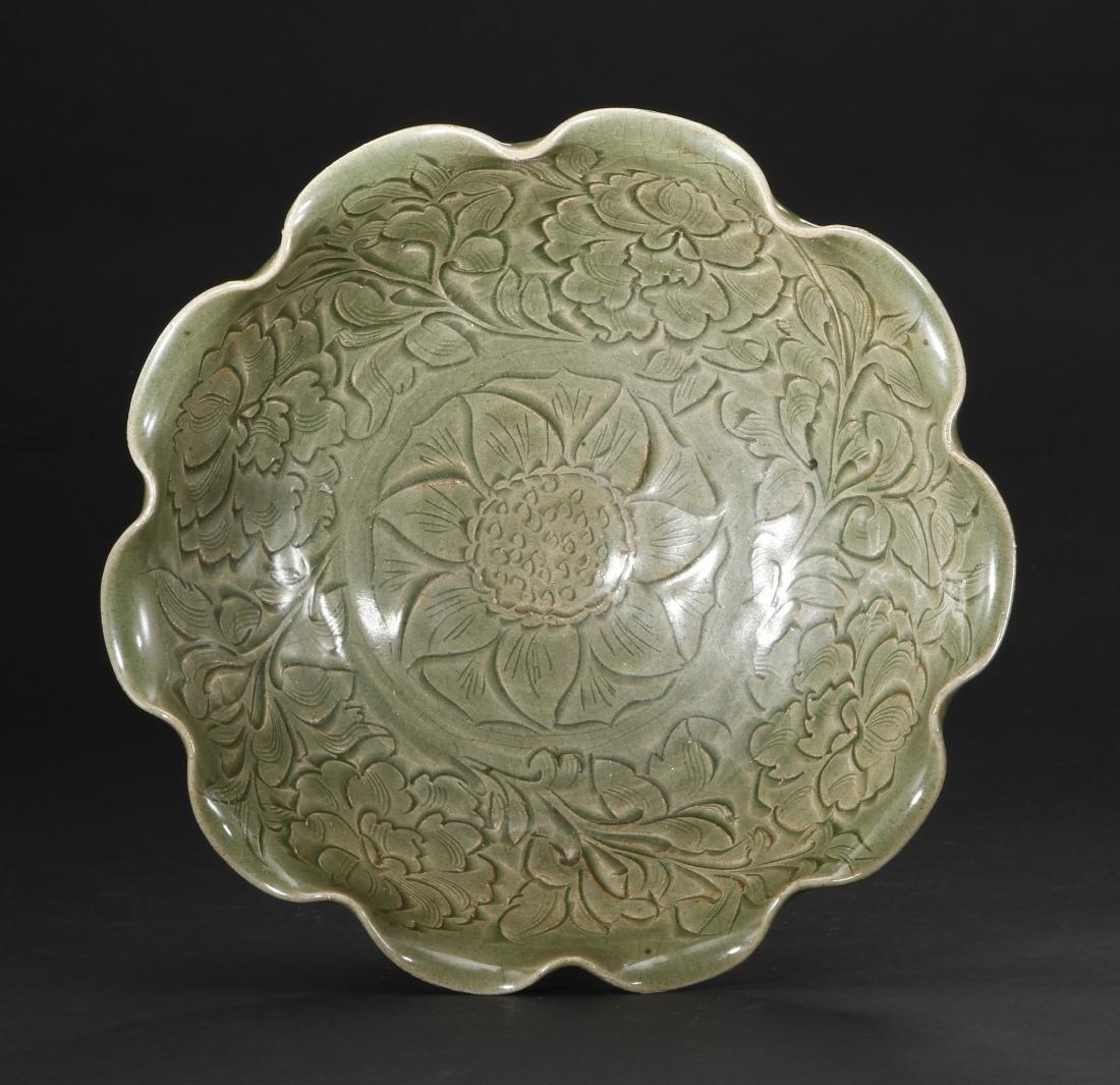 Large Carved Yaozhou Celadon 'Floral' Bowl - 3