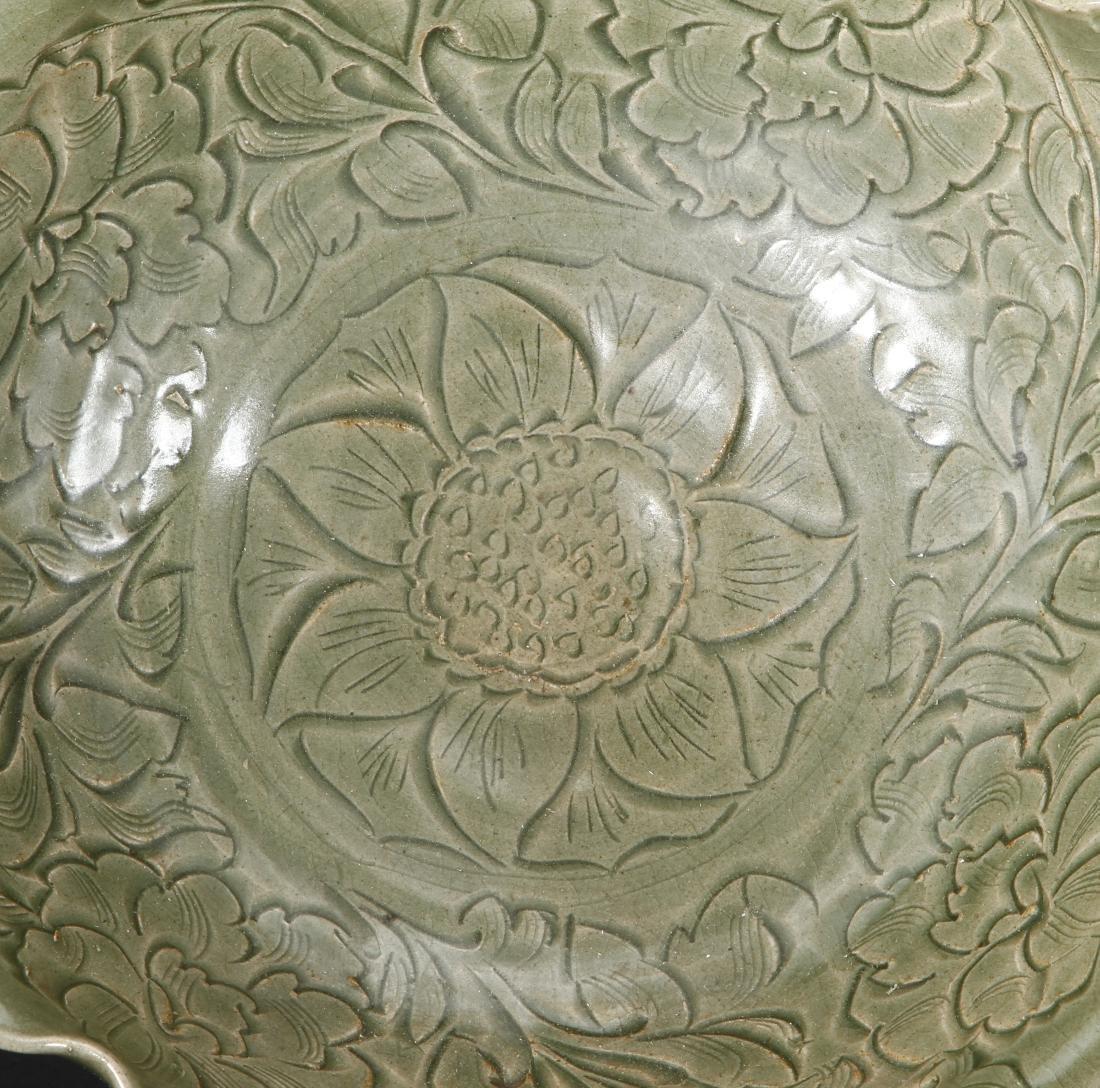 Large Carved Yaozhou Celadon 'Floral' Bowl - 4