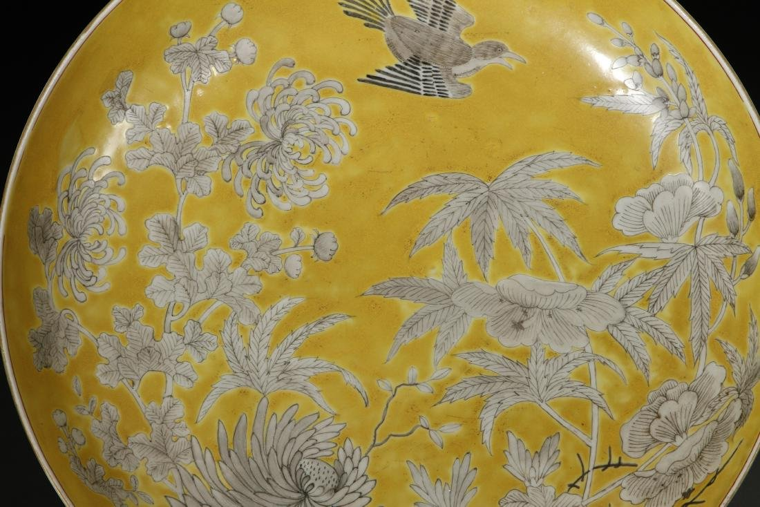 Yellow-Ground 'Dayazhai' Grisaille-Decorated Dish - 2