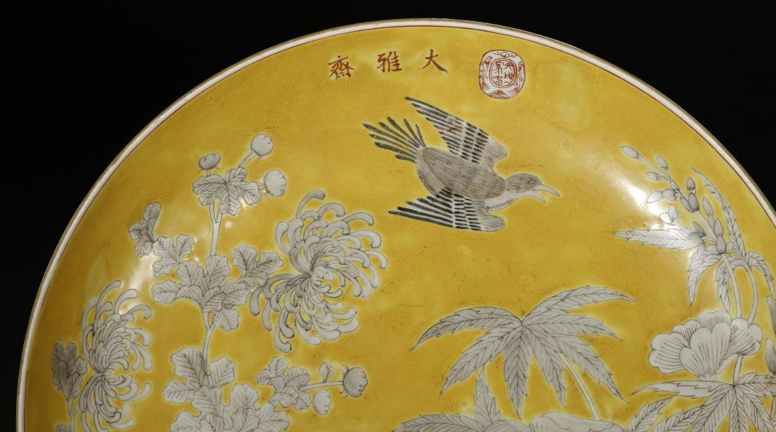 Yellow-Ground 'Dayazhai' Grisaille-Decorated Dish - 3