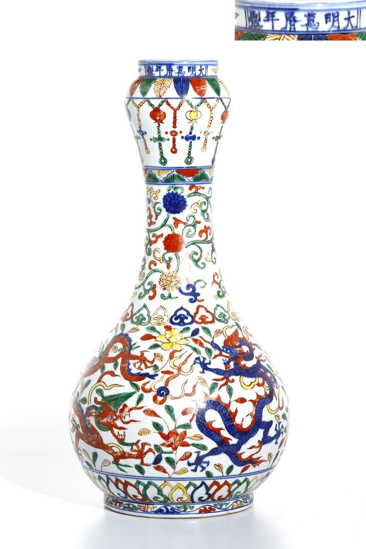 Chinese Wucai Enameled Garlic-Mouth 'Dragon' Vase