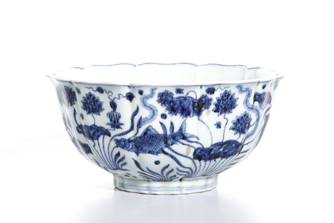 Fine Chinese Blue and White 'Lotus' Foliate Bowl - 2