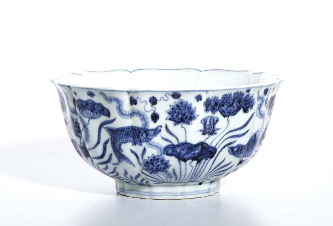 Fine Chinese Blue and White 'Lotus' Foliate Bowl - 3
