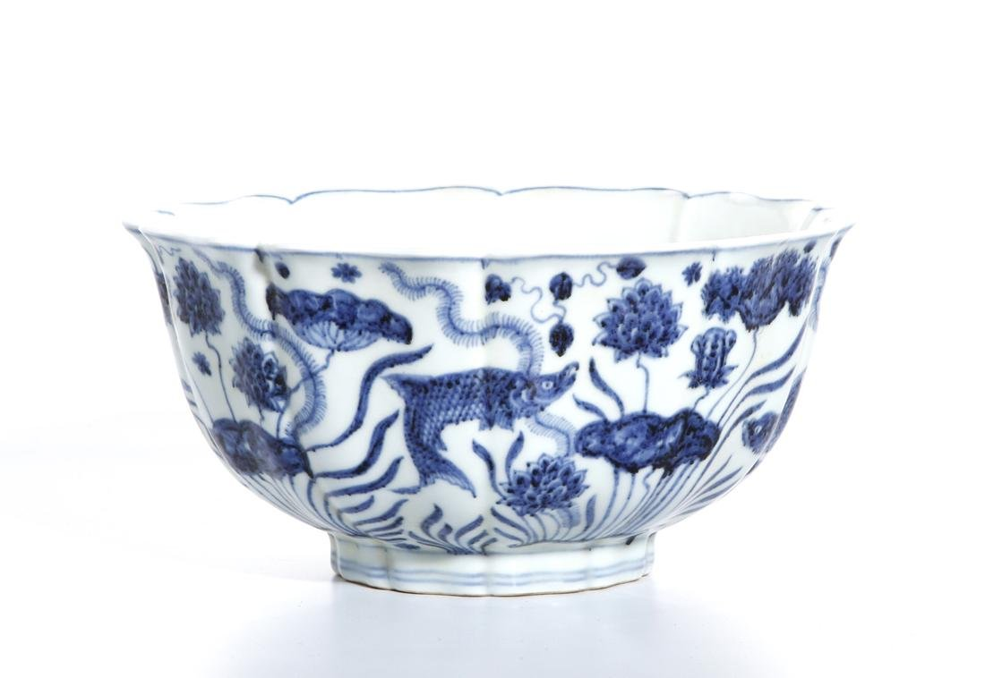 Fine Chinese Blue and White 'Lotus' Foliate Bowl - 4