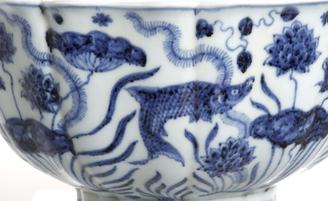Fine Chinese Blue and White 'Lotus' Foliate Bowl - 5