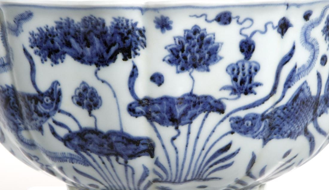 Fine Chinese Blue and White 'Lotus' Foliate Bowl - 6