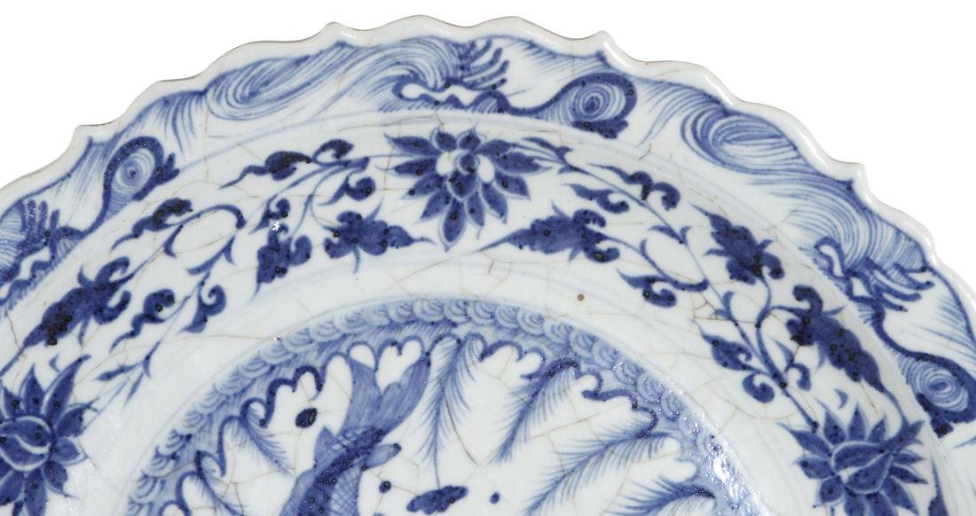 Large Chinese Blue and White 'Fish' Barbed Charger - 3