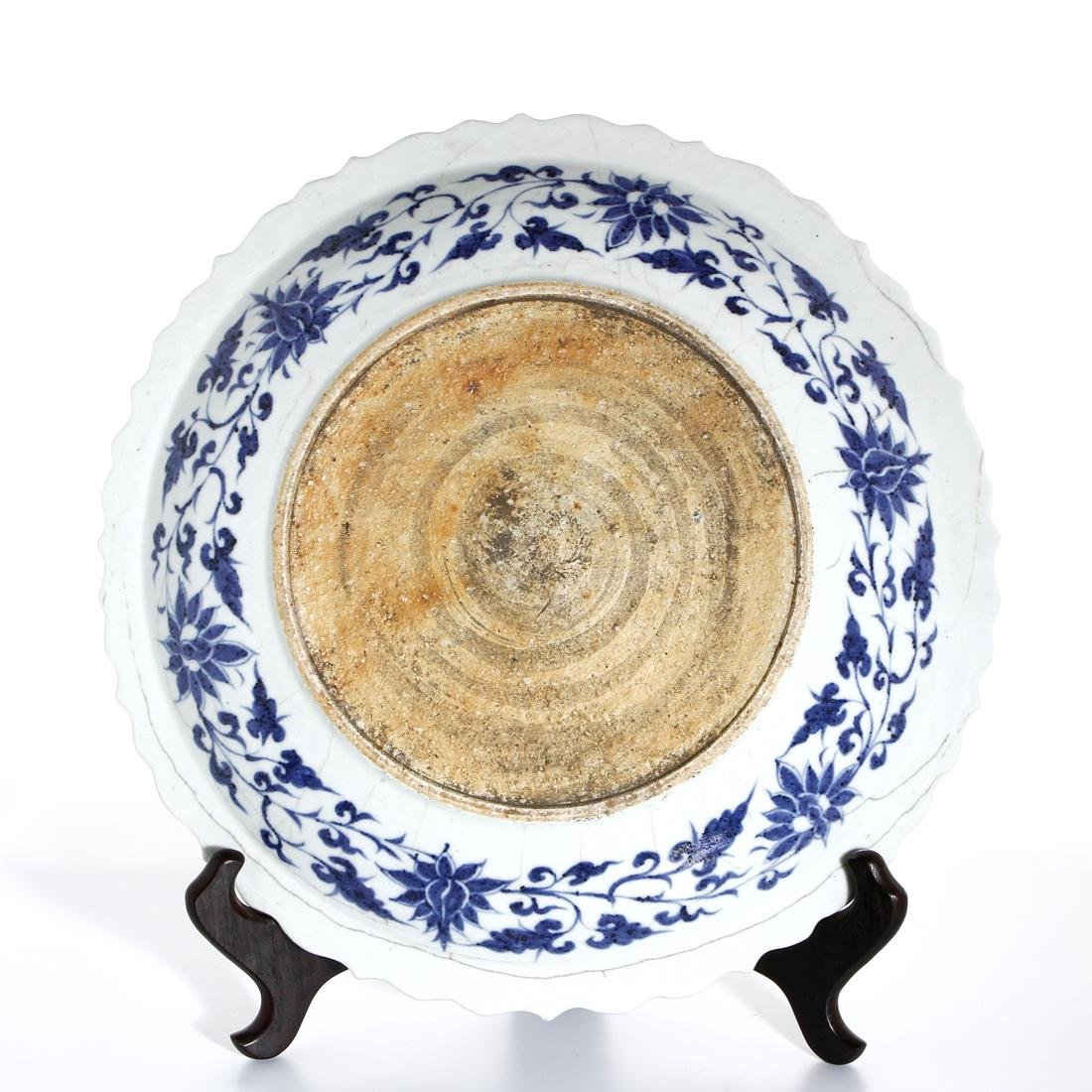 Large Chinese Blue and White 'Fish' Barbed Charger - 6