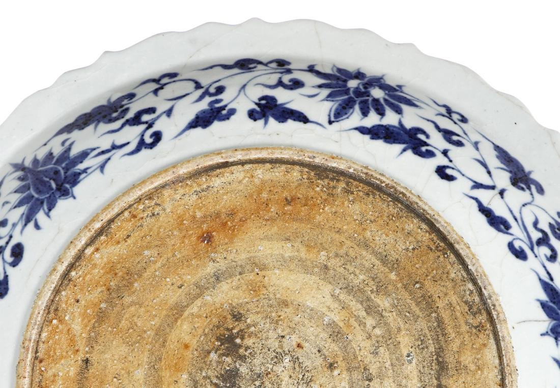 Large Chinese Blue and White 'Fish' Barbed Charger - 8