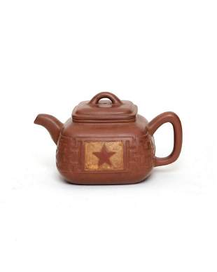 A Chinese Yixing ware pottery teapot