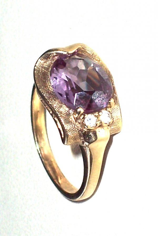 324: 10K YELLOW GOLD OVAL Amethyst CENTER STONE APPROX