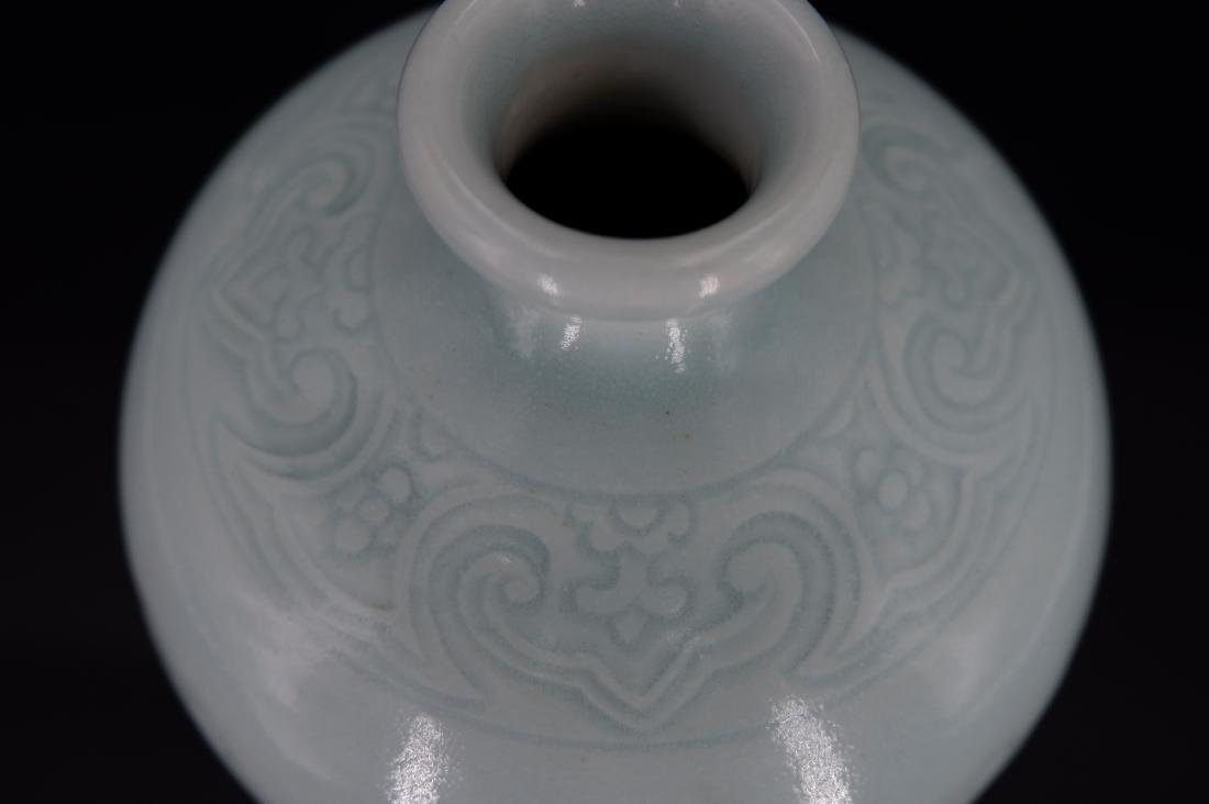 A CHINESE CELADON-GLAZED MEIPING VASE, QIANLONG MARK - 3