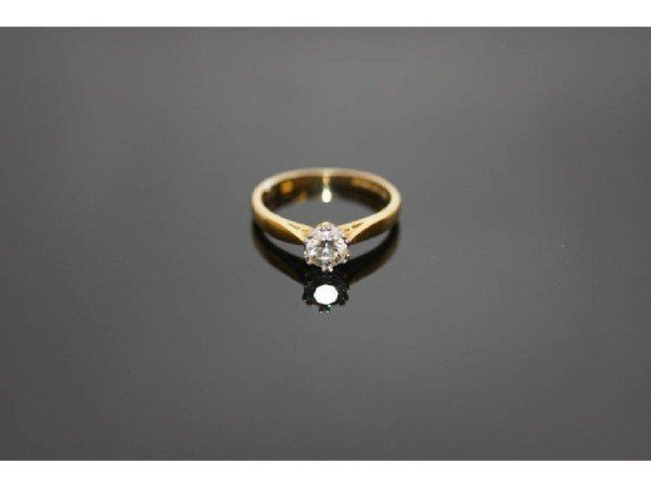 17: 18K SOLITAIRE DIAMOND RING