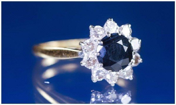 19: 18K GOLD DIAMOND AND SAPPHIRE CLUSTER RING