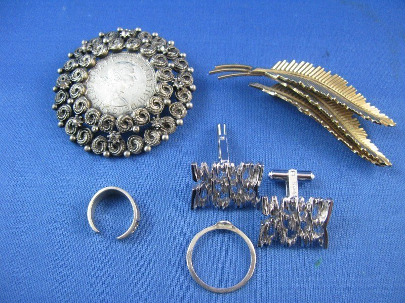 1A: FIVE PIECES OF JEWELLERY