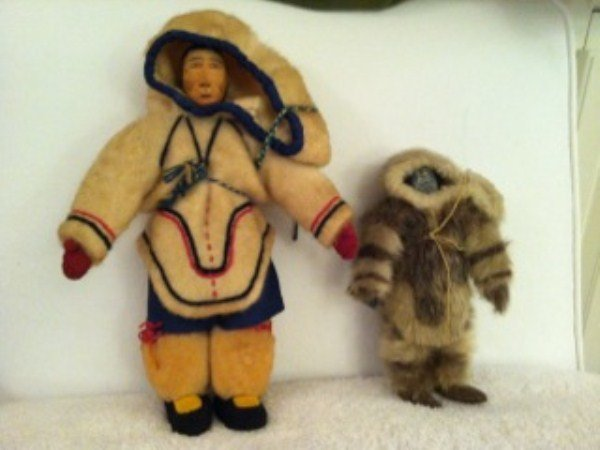 147: PAIR OF INUIT DOLLS IN NATIVE COSTUME