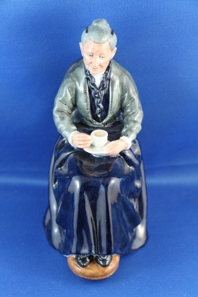 """ROYAL DOULTON FIGURINE """"THE CUP OF TEA"""" HN2322"""