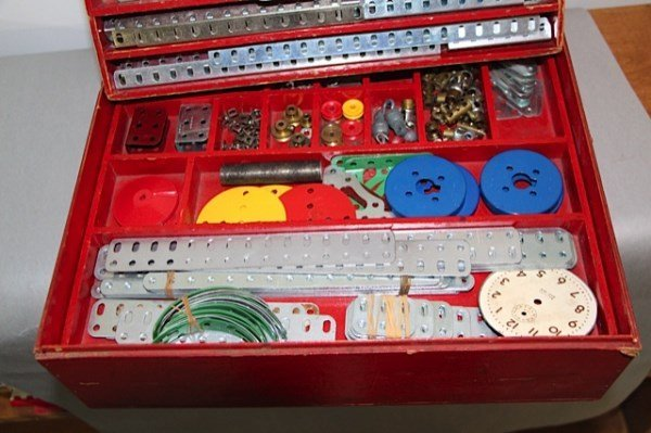 "LARGE ASSORTMENT OF MECCANO PARTS IN 15"" X 13"" BOX - 3"