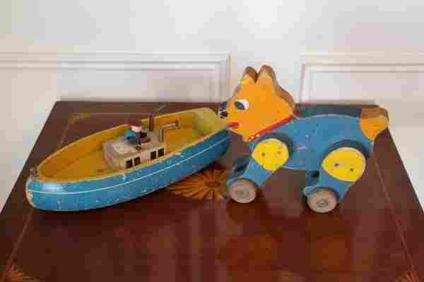 CHILDS WOODEN TOY BOAT AND WHEEL MOUNTED TOY DOG