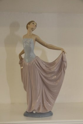 "Lladro Figurine - ""elegant Lady"""