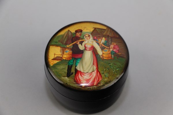 RUSSIAN LACQUERED BOX SIGNED FEDOSKINO