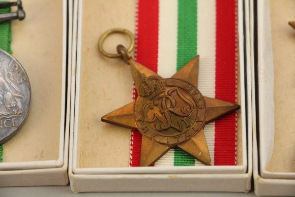 FIVE ASSORTED WWII MILITARY MEDALS, PLUS BOOKLET - 2