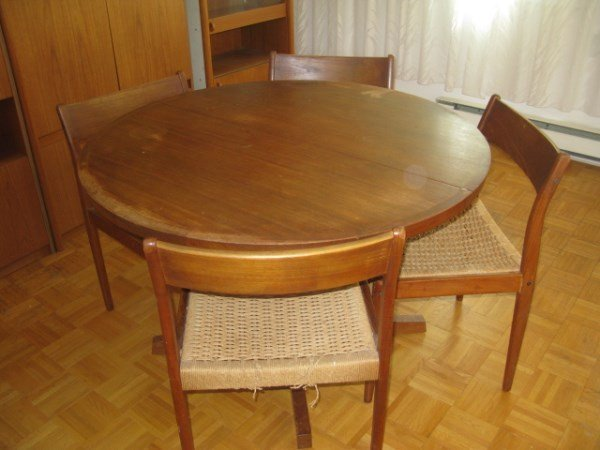 SOLID TEAK ROUND DINING TABLE AND FIVE CHAIRS