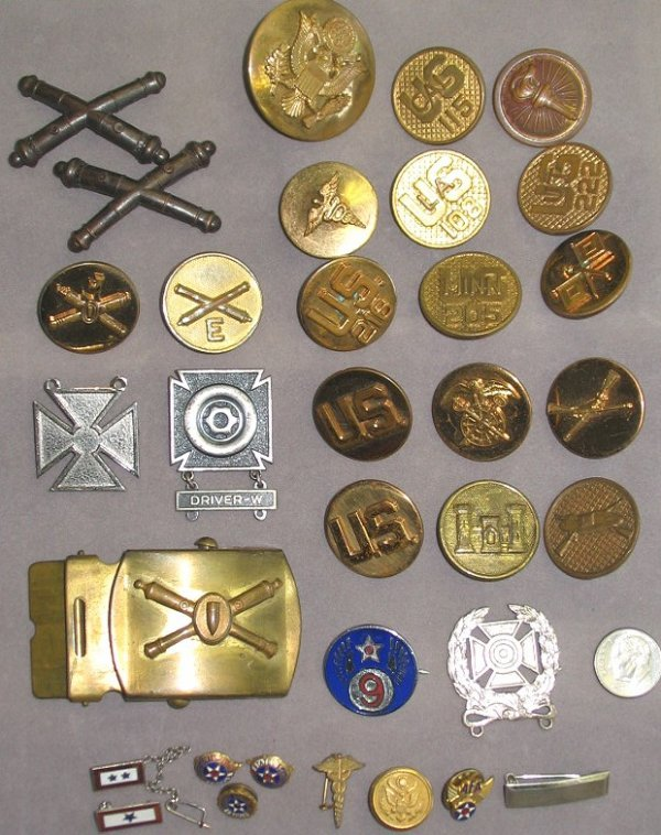 45: Lot WWII Military Uniform Buttons/Pins/Buckle