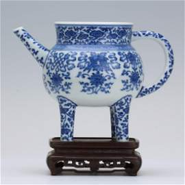 CHINESE PORCELAIN BLUE AND WHITE TRIPLE FEET KETTLE