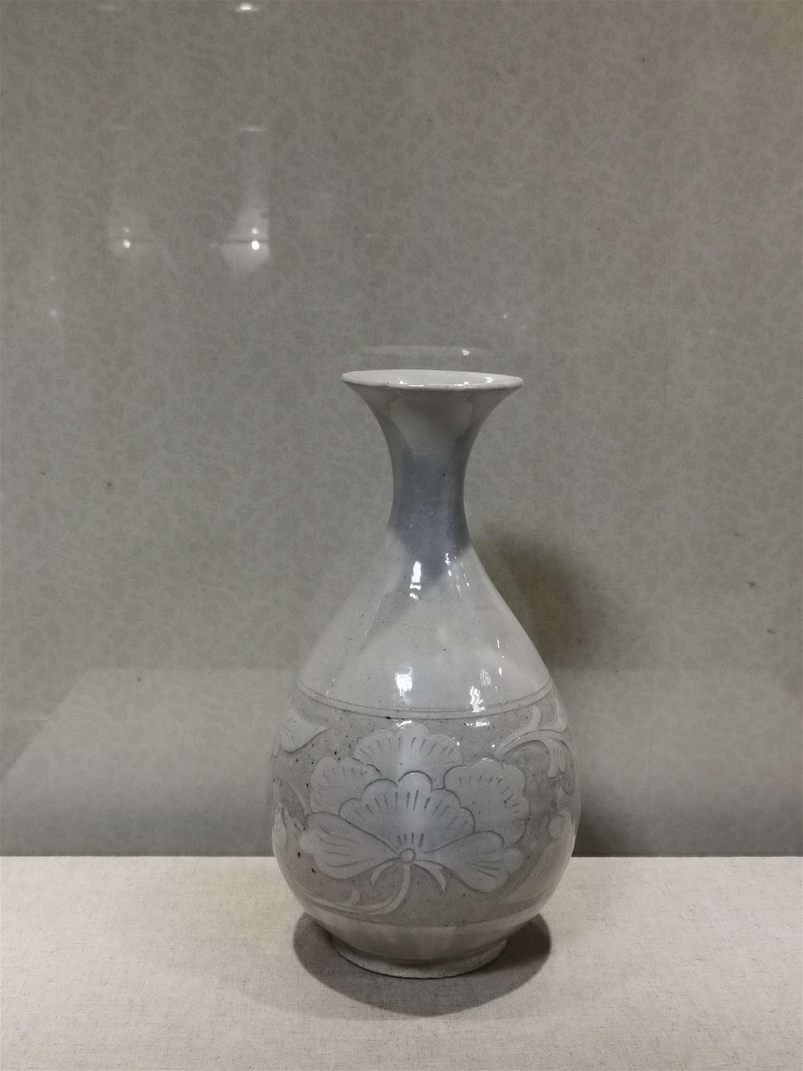 Jade Huchun vase with flowers carved in cizhou kiln in