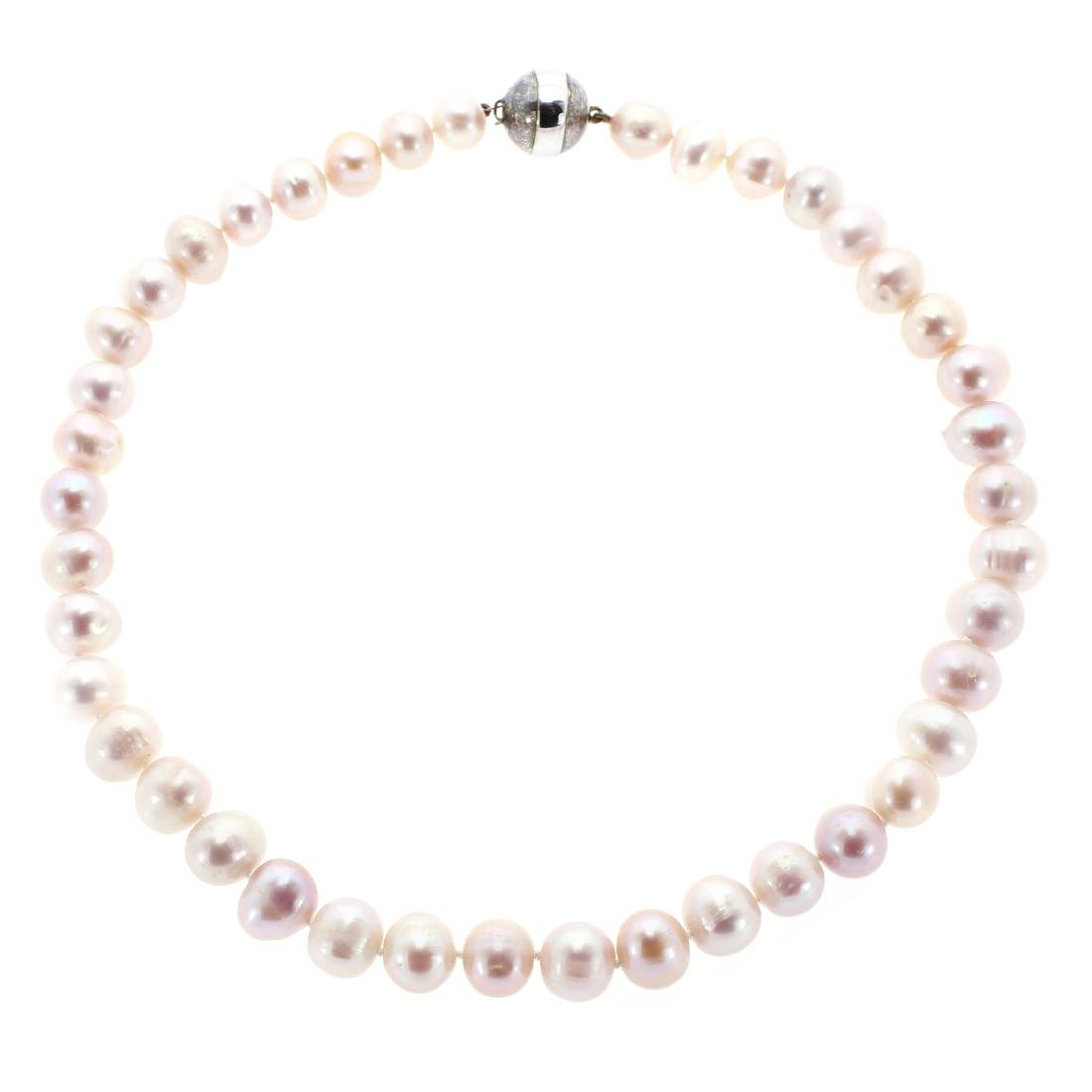 A TAHITIAN PEARL NECKLACE in silver, comprising a