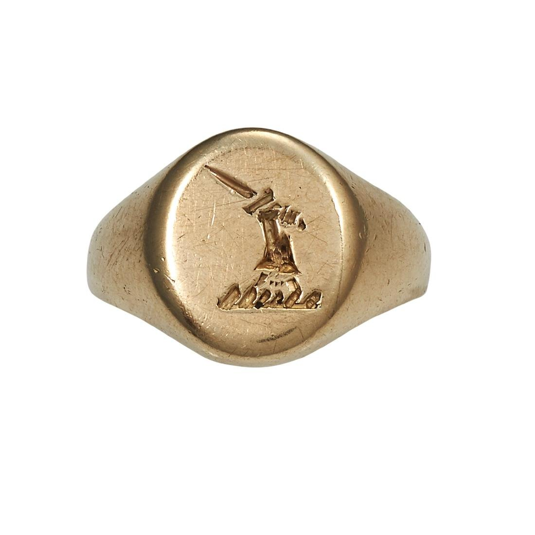 AN ANTIQUE INTAGLIO SIGNET RING in yellow gold, the
